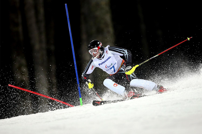 Спортсмен из России Валерий Редкозубов в соревнованиях по горнолыжному спорту в слаломе в категории «с нарушением зрения»