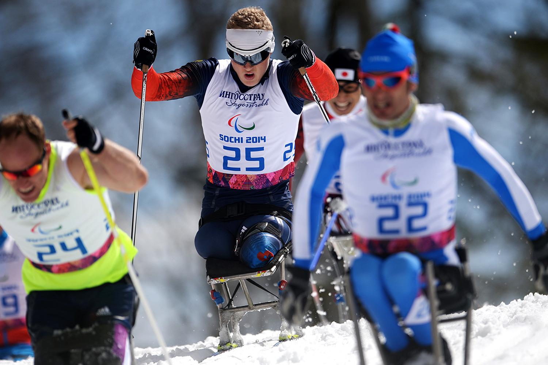 В центре: Иван Гончаров (Россия) на трассе гонки на дистанции 10 км в классе LW 10–12 (сидя) среди мужчин в соревнованиях по лыжным гонкам