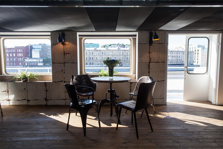 Пространство Lab оклеено обоями, имитирующими жестяной потолок, которыми американцы украшали свои дома до 30-х годов прошлого века. Такие же — в парижском магазине Merci