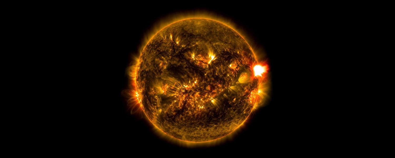 Вспышка на Солнце, зарегистрированная 12 января 2015 года. Этот портрет Солнца в экстремальном ультрафиолете получен аппаратом Solar Dynamics Observatory американского космического агентства.