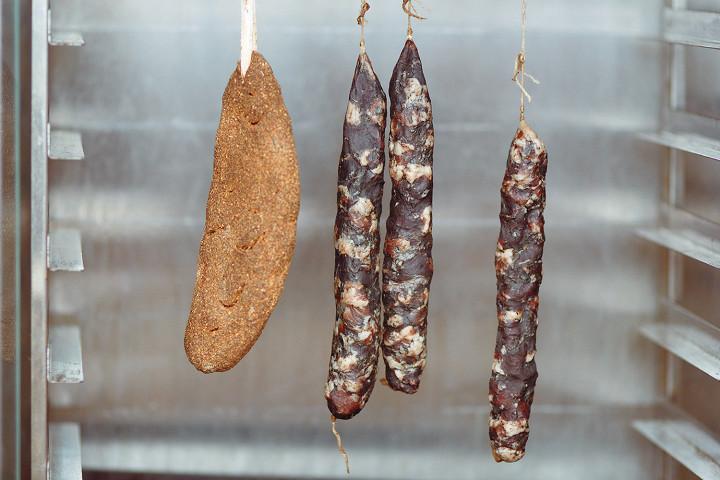В приготовлении бастурмы и колбасы дома главную роль играет время. Вполне возможно, что какие-то продукты будут готовы к концу кризиса