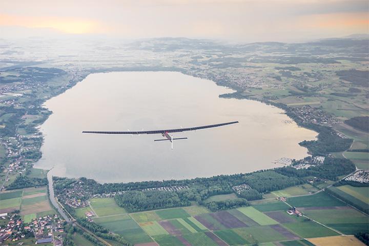 Поскольку летит самолет не очень быстро, за 23 дня в полете летчики смогут разглядеть массу интересного