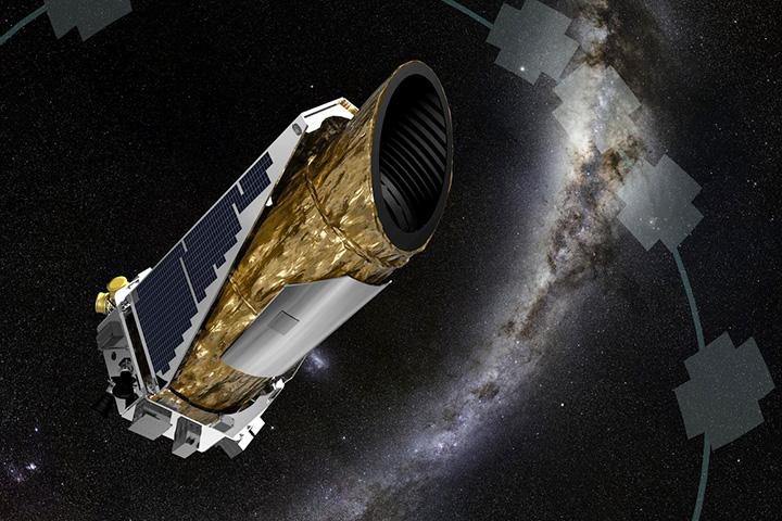 Саму экзопланету размером с Землю на расстоянии в 1400 световых лет увидеть нереально, а вот ее центральную звезду, которая является близнецом нашего Солнца, вполне можно. Ориентиром для начала поисков послужит звезда дельта Лебедя в правом крыле. Затем, опустив телескоп на 1 градус (2 диска Луны) на юг, вы увидите звезду HD 186787, а Кеплер-452 находится в 7 угловых минутах западнее нее