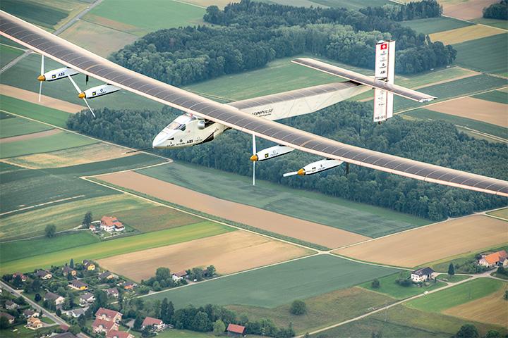 Solar Impulse барражирует над швейцарскими деревнями
