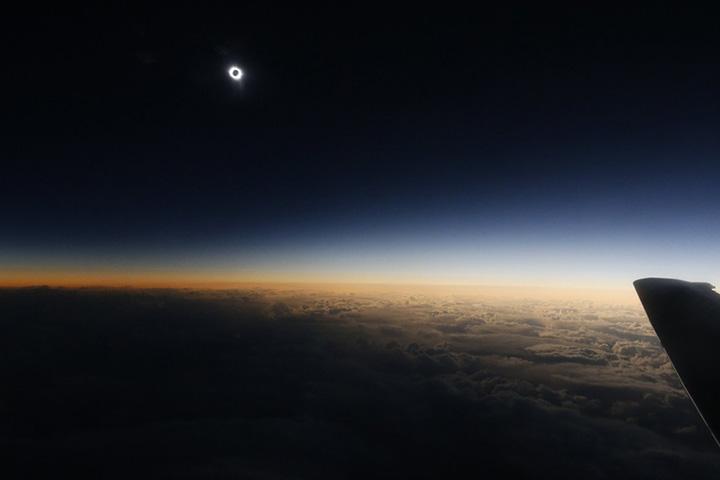 Полное затмение с самолета, пролетающего над Северным Ледовитым океаном, между Гренландией и Норвегией