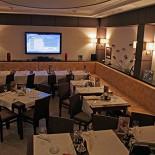 Ресторан Виаджио Турин - фотография 1 - Подвал. Столы не накрыты. Музыка - радио. Официанты сюда ходят редко.