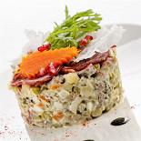 """Ресторан Кабинет - фотография 2 - Салат в стиле """"Оливье"""" под карпаччо из телятины"""