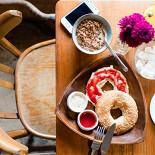 Ресторан BGL - фотография 5 - Бранч Сильвестора (домашняя гранола с молоком, яйцо пашот, хрустящий бейгл, варенье, сливочный сыр, фреш, кофе) по выходным и праздникам с 12 до 16 - 370р