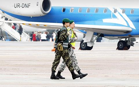 «Я буду в Борисполе сидеть»: как не пускают на Украину