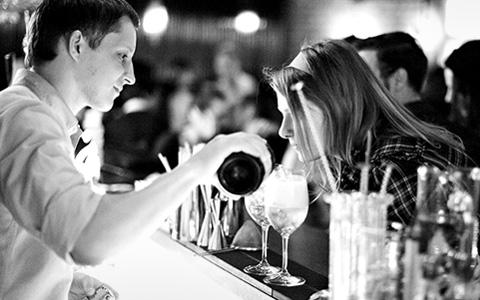 Зарплаты, кражи и пьяные скандалы: все, что нужно знать о работе барменов