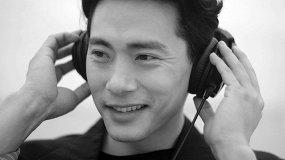 Тео Ю (Виктор Цой из «Лета» Серебренникова) слушает и угадывает песни «Кино»