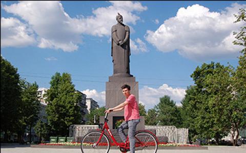 Москвичи на велосипедах городского проката