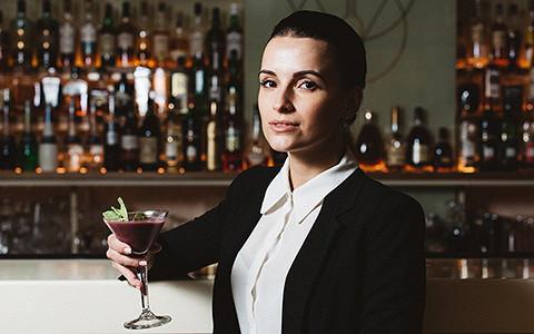 Красивые девушки из Bad Boy, Holy Fox и других новых баров делают коктейли