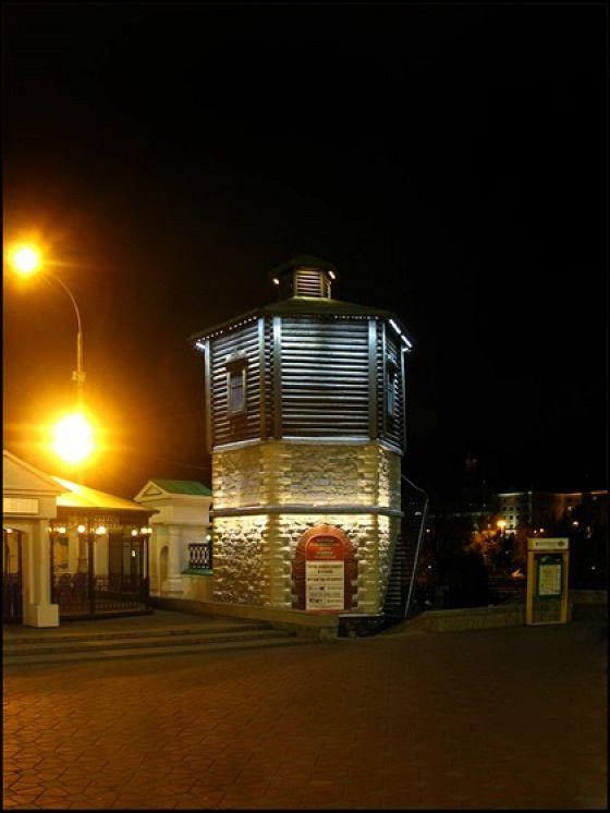 Водонапорная башня перед историческим сквером