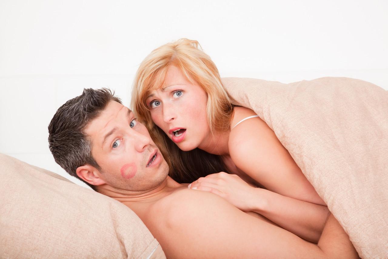 Секс жены с любовником при муже онлайн такое
