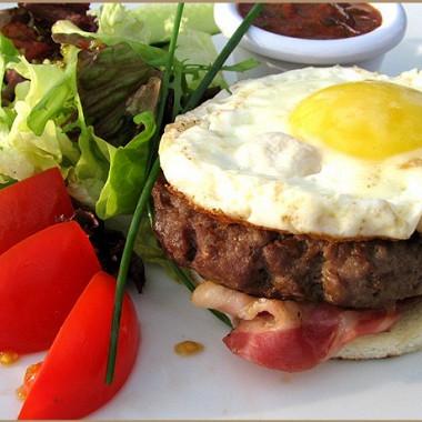 Рецепт Рубленые бифштексы сдеревенским яйцом