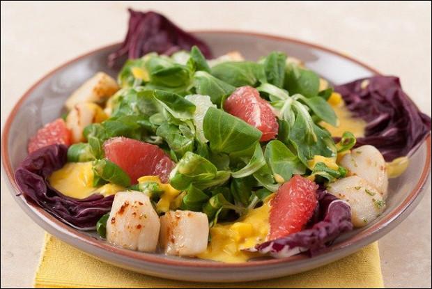 Салат из маринованного морского гребешка и куриного филе