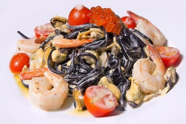 черные спагетти с морепродуктами в сливочном соусе рецепт