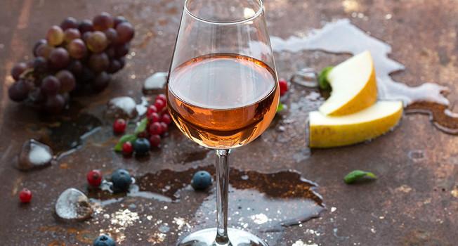 Почему вино пахнет гвоздикой, перцем, смородиной и разными фруктами?